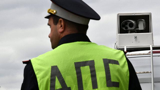 Сотрудник ДПС рядом с мобильным комплексом фотовидеофиксации нарушений дорожного движения. Архивное фото