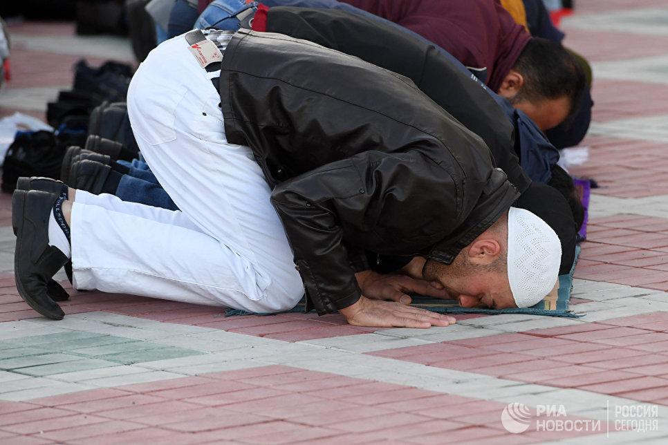 Мусульмане в день праздника жертвоприношения Курбан-байрам возле мечети Кул-Шариф в Казани. 1 сентября 2017