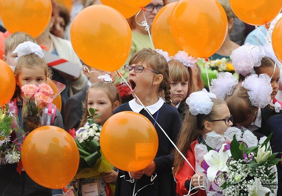 Ученики образовательного центра №2 в Челябинске во время торжественной линейки, посвященной Дню знаний (образовательный центр впервые принимает первоклассников на новый учебный год)