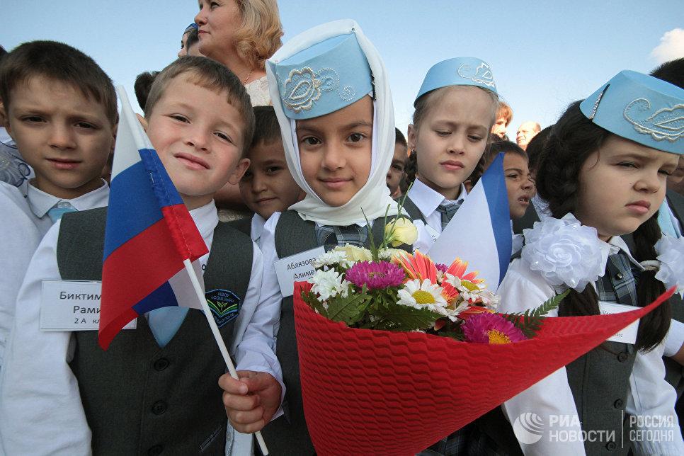 Ученики новой открывшейся в микрорайоне Фонтаны в Симферополе школы № 44 на торжественной линейке, посвященной Дню знаний