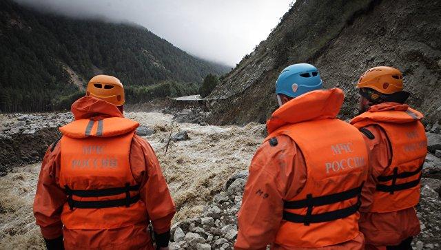 Более 20 человек ищут автомобиль с людьми, упавший в горное озеро в КБР