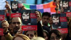 Люди с портретами пропашего активиста Сантьяго Мальдонадо  в толпе протестующих в Буэнос-Айресе. 1 сентября 2017