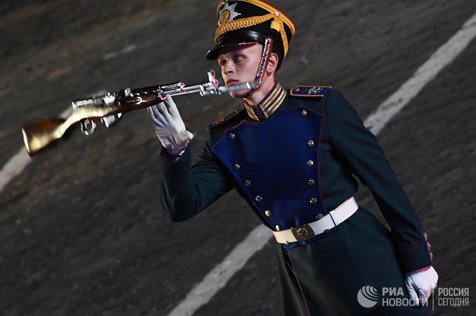 Военнослужащий роты специального караула Президентского полка на торжественной церемонии закрытия X Международного военно-музыкального фестиваля Спасская башня в Москве