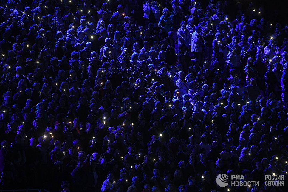 Зрители на церемонии закрытия X Международного военно-музыкального фестиваля Спасская башня в Москве