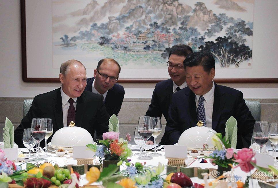 3 сентября 2017. Президент РФ Владимир Путин и председатель КНР Си Цзиньпин во время рабочего обеда в Сямэне