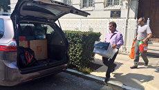 Вынос личных вещей дипломатов из здания российского консульства в Сан-Франциско. Архивное фото