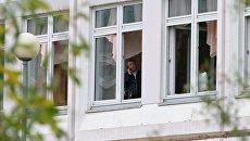 Сотрудник Следственного комитета РФ в здание школы №1 в Ивантеевке Московской области, где подросток открыл стрельбу. 5 сентября 2017
