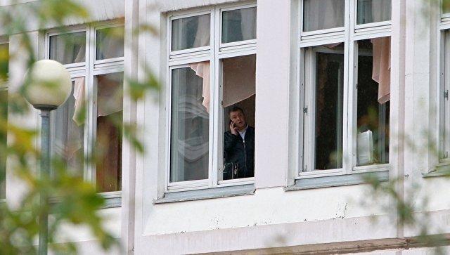 Сотрудник Следственного комитета РФ в здание школы №1 в Ивантеевке Московской области