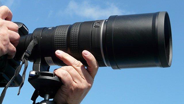 Фотокамера на штативе. Архивное фото