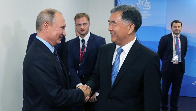 Президент РФ Владимир Путин и вице-премьер Государственного совета КНР Ван Ян во время встречи в рамках Восточного экономического форума . 6 сентября 2017