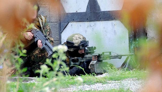 Сотрудники силовых структур во время проведения спецоперации по ликвидации боевиков. Архивное фото.