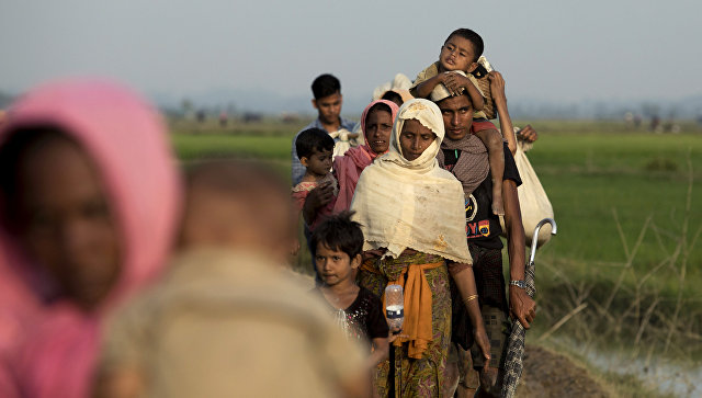 Пересечение границы Бангладеш-Мьянма представителями народности рохинджа