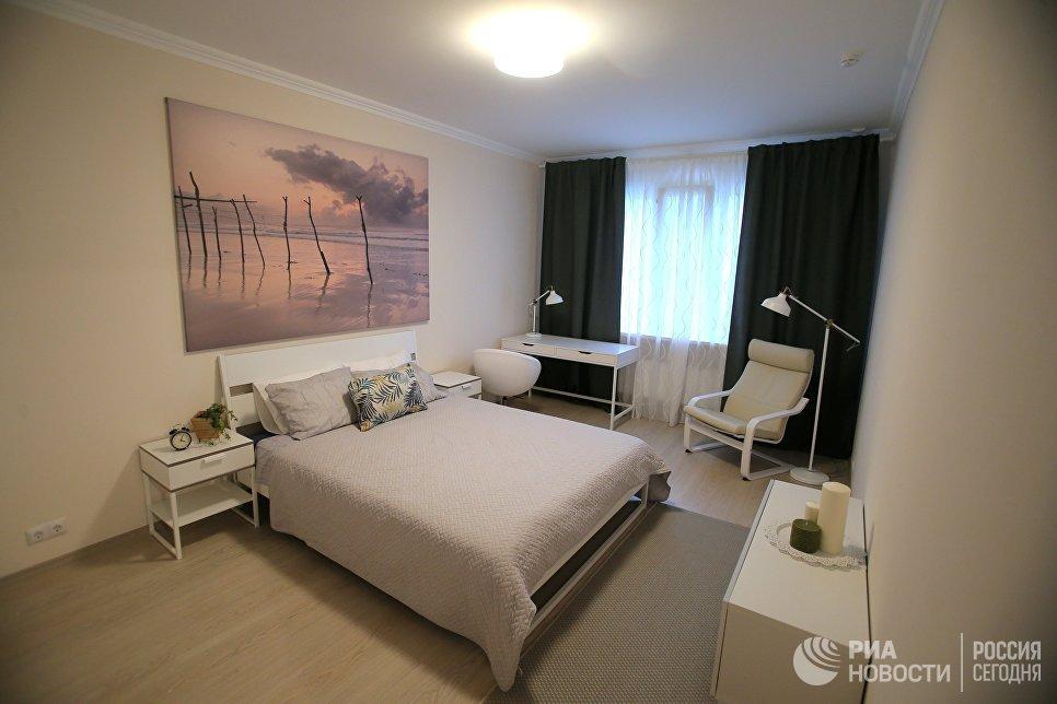 Спальная типовой 3-комнатной квартиры, предназначенной для переселения по программе реновации, в шоу-руме на ВДНХ в Москве. 7 сентября 2017