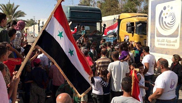 Сирийцы встречают автоколонну с продовольствием и медикаментами. Архивное фото