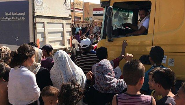 Жители Дейр-эз-Зора встречают автоколонну с продовольствием и медикаментами. Архивное фото