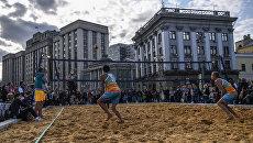 Пляжный волейбол во время празднования Дня города в Москве. 9 сентября 2017