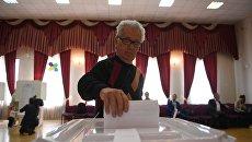 Избиратель в единый день голосования на избирательном участке в Москве. 10 сентября 2017