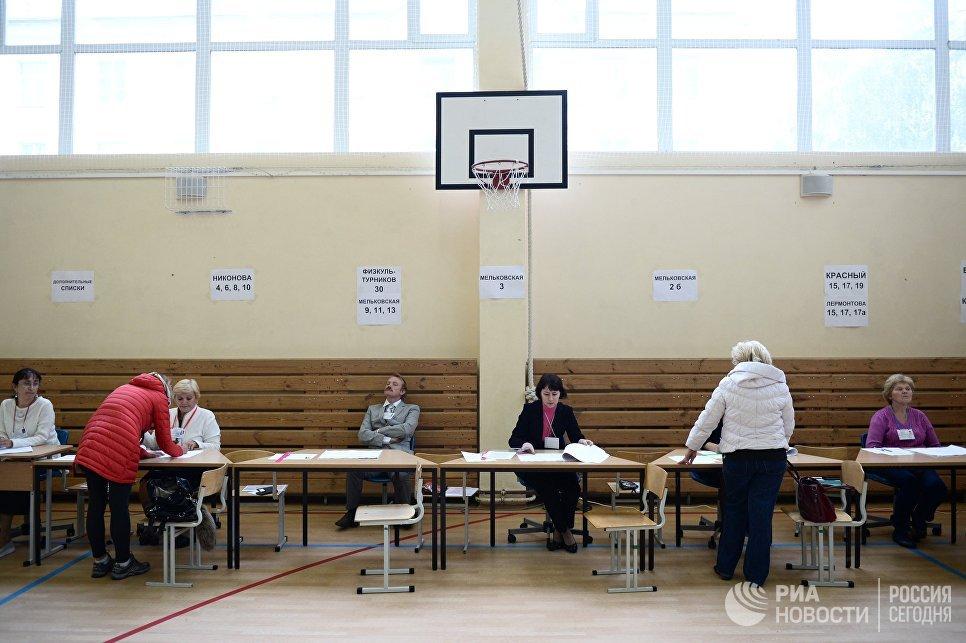 Избиратели в единый день голосования на избирательном участке №1331 в Екатеринбурге. 10  сентября 2017