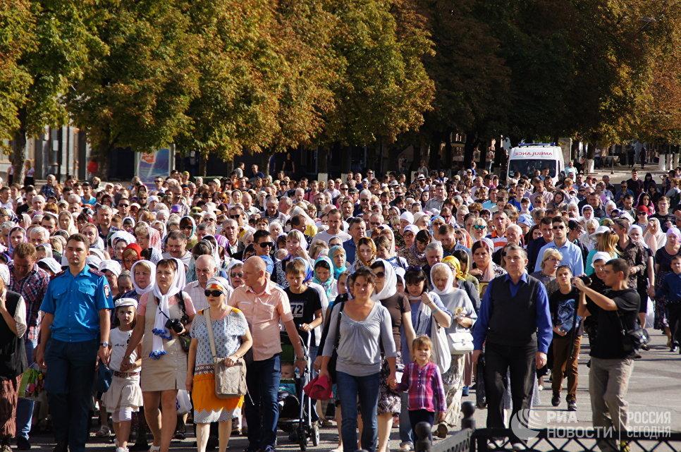 В Луганске Крестным ходом за мир прошли пять тысяч человек