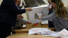 Члены избирательной комиссии во время подсчета голосов в единый день голосования на избирательном участке. 10 сентября 2017