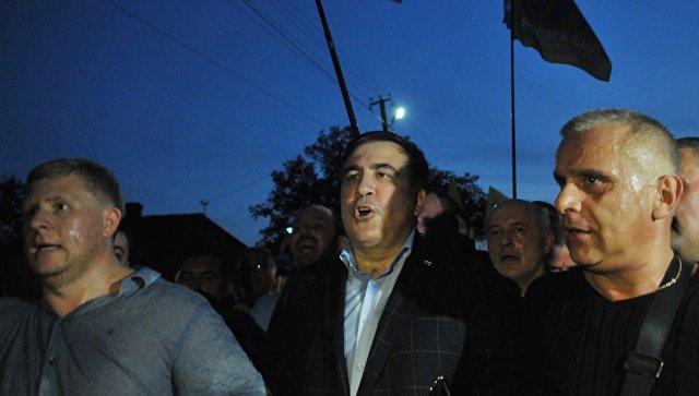ВУкраинском государстве  милиция  приостановила  кортеж Саакашвили занарушение ПДД