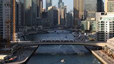 Трамвай проезжает по мосту через канал в Дубае . Архивное фото