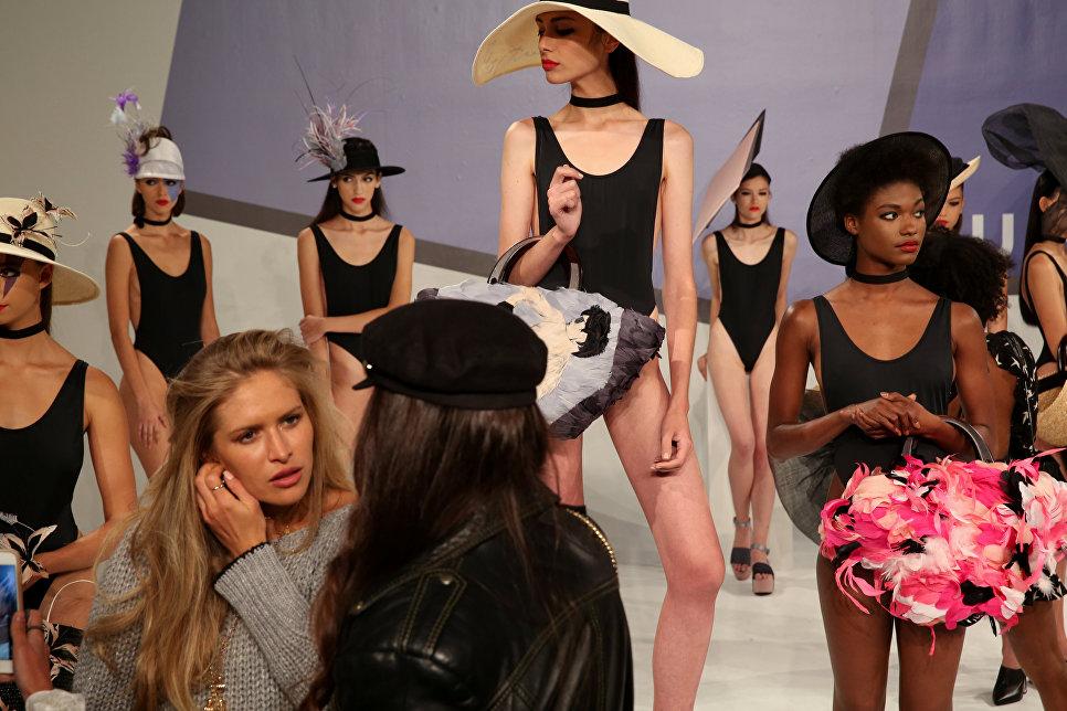 Модели перед показом коллекции дизайнера Евгении Ким на неделе моды в Нью-Йорке