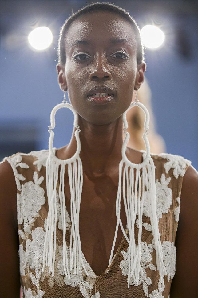 Модель во время показа коллекции дизайнера Трейси Риз на неделе моды в Нью-Йорке