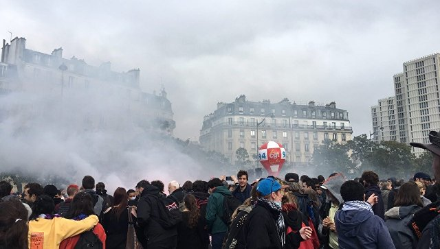 В Париже против митингующих применили слезоточивый газ