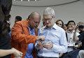 Генеральный директор Apple Тим Кук и главный дизайнер Джонатан Ив тестируют новый телефон iPhone X