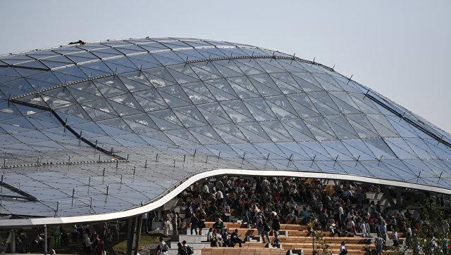 Стеклянный купол летнего амфитеатра в парке Зарядье в Москве