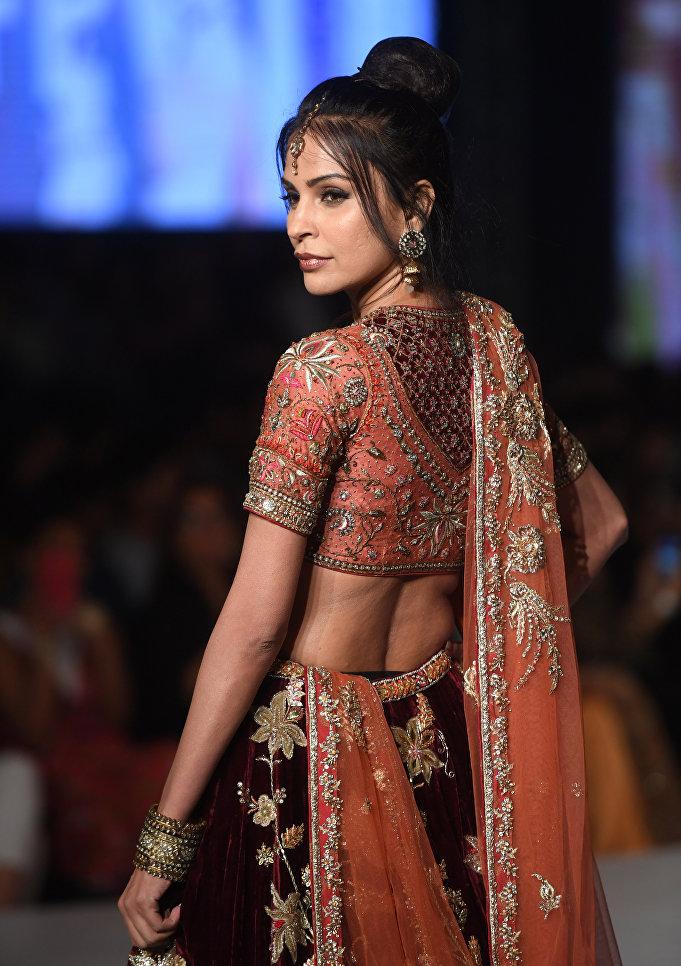 Показ коллекции Misha Lakhani на Неделе моды в Карачи, Пакистан