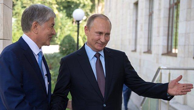 Владимир Путин и президент Киргизии Алмазбек Атамбаев во время встречи. Архивное фото