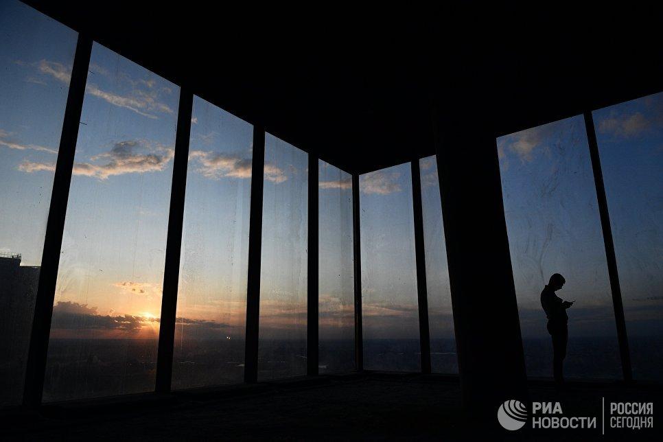 Посетитель на 89 этаже Башни Федерация-Восток делового комплекса Москва-Сити