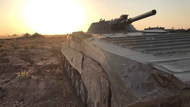 БМП сирийской армии на позиции в районе Дейр-эс-Зора. Архивное фото