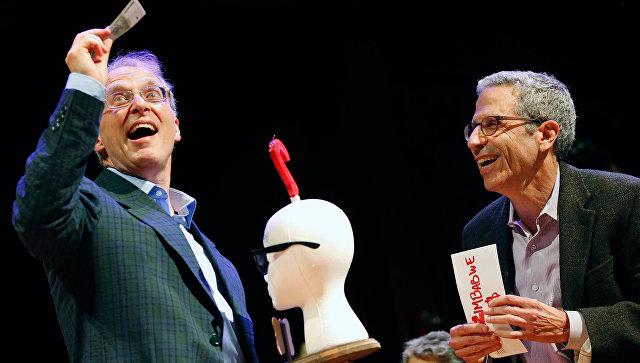Британский врач Джеймс Хиткот (слева) во время вручения ему Шнобелевской премии 2017