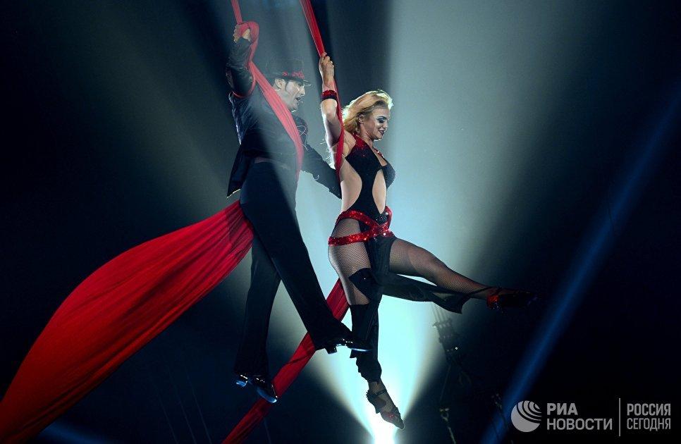 Показ номера Воздушные полотна Танго в исполнении артистов Амбры и Ива на гала-шоу всемирного фестиваля циркового искусства Идол