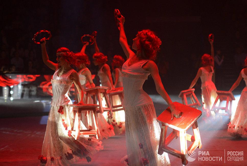 Исполнительницы балетного номера на гала-шоу всемирного фестиваля циркового искусства Идол