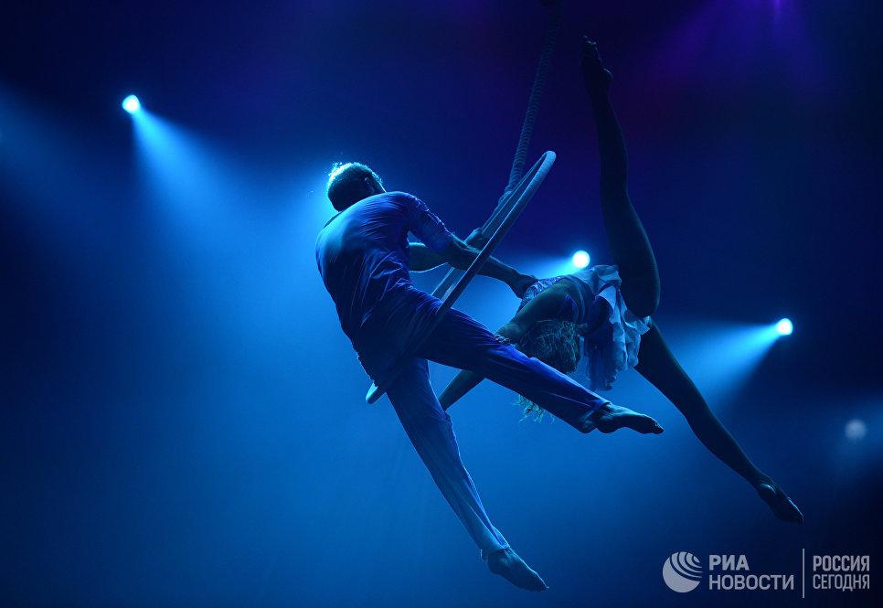 Исполнители номера Воздушное кольцо Секрет моей души Алексей Григоров и Марина Главатских на гала-шоу всемирного фестиваля циркового искусства Идол