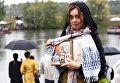 Участница VI Елисаветинского крестного хода во время переправы через Москву-реку из села Ильинское в село Усово