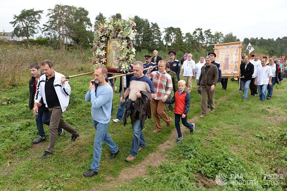 Участники VI Елисаветинского крестного хода направляются из села Ильинское в село Усово
