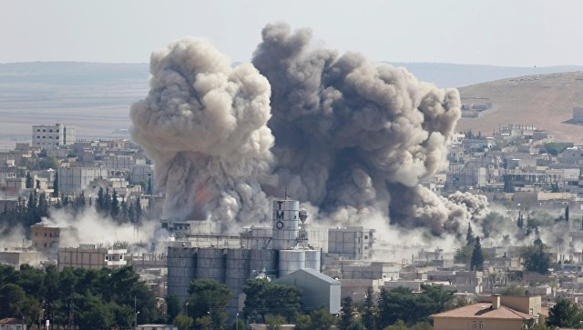 Дым поднимается над сирийским городом Кобани после авиаударов США. 8 октября 2014