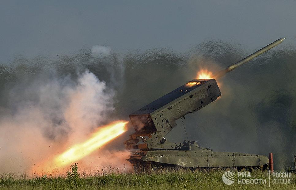 Пуск ракеты тяжелой огнеметной системы залпового огня ТОС-1А Солнцепек