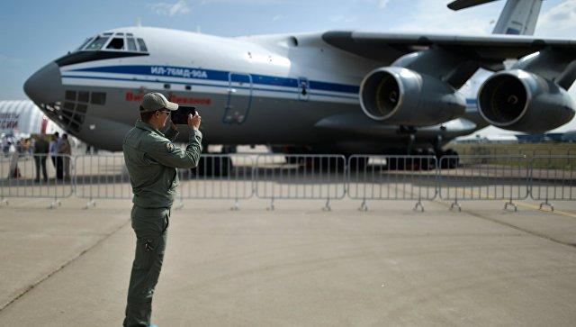 Посетитель у самолета Ил-76МД-90А на Международном авиационно-космическом салоне МАКС-2015 в подмосковном Жуковском