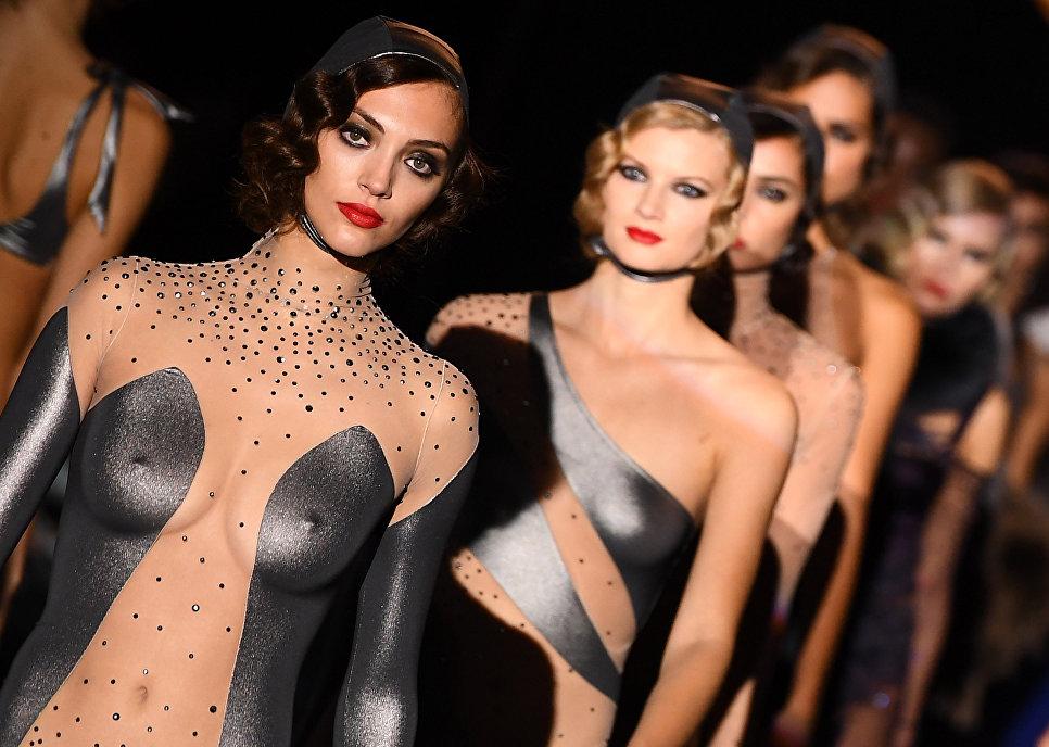 Модели во время показа коллекции дизайнера Андрес Сарда на Неделе моды в Мадриде