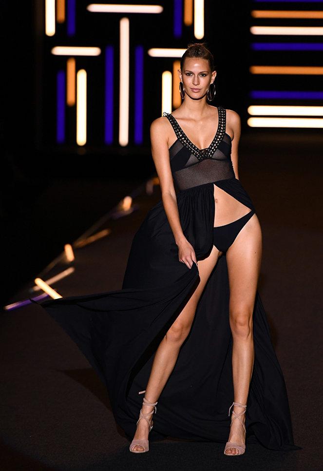 Модель во время показа коллекции дизайнера Долорес Кортес на Неделе моды в Мадриде. 15 сентября 2017