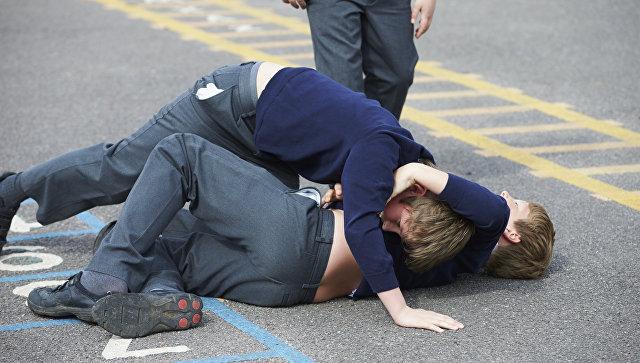Мальчики дерутся на школьной площадке. Архивное фото
