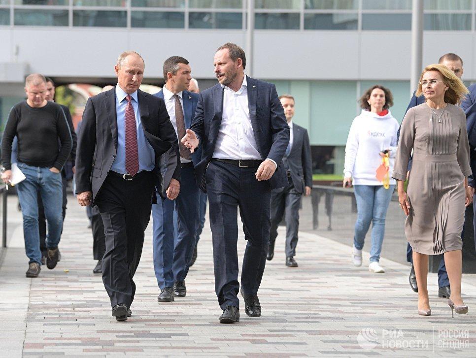 Президент РФ Владимир Путин и генеральный директор компании Яндекс Аркадий Волож (справа в центре) во время посещения московского офиса отечественной ИТ-компании Яндекс, которой исполняется 20 лет