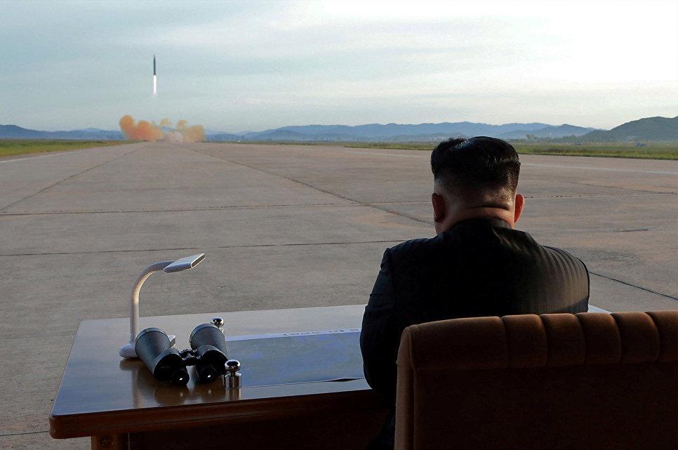 Лидер КНДР Ким Чен Ун наблюдает за запуском ракеты Хвасон-12. 16 сентября 2017