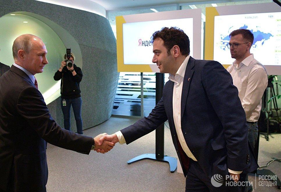 Президент РФ Владимир Путин и руководитель проекта Яндекс.Такси Тигран Худавердян (справа) во время посещения московского офиса отечественной ИТ-компании Яндекс, которой исполняется 20 лет